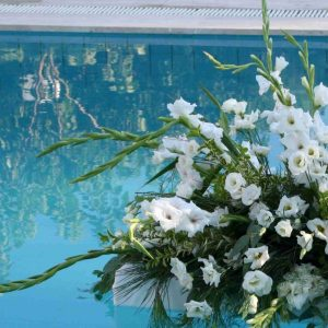 Easy DIY Pool Flowers for your poolside wedding (floaties!)